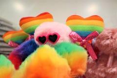 Dos corazones del color de la bandera gay en un fondo multicolor Concepto de LGBT Sexo de la minor?a imagen de archivo libre de regalías