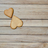 Dos corazones del pan de jengibre en un tablero de madera Imágenes de archivo libres de regalías