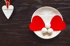 Dos corazones del terciopelo en una placa de la arcilla de chocolates el día del ` s de la tarjeta del día de San Valentín Fotos de archivo