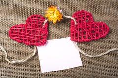 Dos corazones en fondo de la arpillera Concepto del amor de la boda Imagenes de archivo