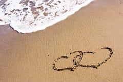 Dos corazones en la arena Imágenes de archivo libres de regalías