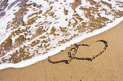 Dos corazones en la arena fotografía de archivo libre de regalías