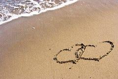 Dos corazones en la arena fotos de archivo
