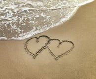 Dos corazones en la arena Imagenes de archivo
