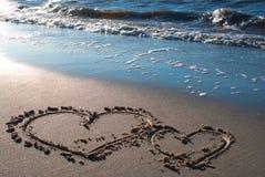 Dos corazones en la playa 2 Foto de archivo libre de regalías