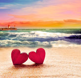 Dos corazones en la playa del verano Imágenes de archivo libres de regalías