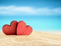 Dos corazones en la playa del verano Fotos de archivo libres de regalías