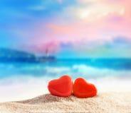 Dos corazones en la playa del verano Foto de archivo libre de regalías