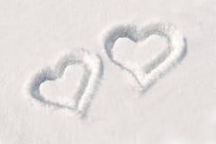 Dos corazones en nieve Imágenes de archivo libres de regalías