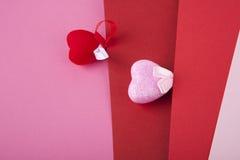 Dos corazones en rosa y rojo imagen de archivo
