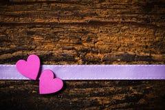 Dos corazones en un fondo de madera fotos de archivo