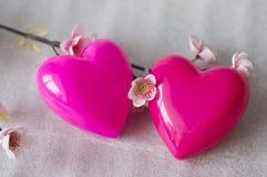 Dos corazones en un Sakura florecido imagen de archivo libre de regalías