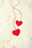 Dos corazones hechos del papel en un fondo de madera Fotografía de archivo