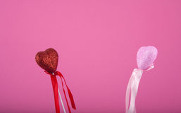 Dos corazones que miran uno a en rosa fotografía de archivo libre de regalías