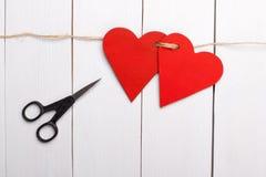 Dos corazones rojos atados juntos fotografía de archivo