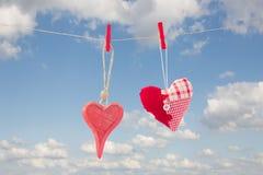 Dos corazones rojos colgantes foto de archivo libre de regalías
