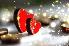 Dos corazones rojos con las chispas de oro, imagen romántica Día del `s de la tarjeta del día de San Valentín Imagenes de archivo