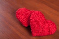 Dos corazones rojos de la cuerda de rosca imagen de archivo