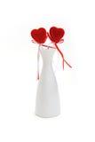 Dos corazones rojos de la felpa en el florero blanco Fotos de archivo