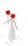 Dos corazones rojos de la felpa en el florero blanco Imágenes de archivo libres de regalías