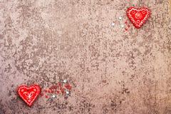 Dos corazones rojos en día gris del ` s de la tarjeta del día de San Valentín del fondo Fotos de archivo