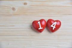 Dos corazones rojos en fondo de madera Fotos de archivo libres de regalías