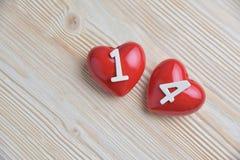 Dos corazones rojos en fondo de madera Imagenes de archivo