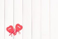 Dos corazones rojos en los palillos Foto de archivo