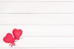 Dos corazones rojos en los palillos Imagenes de archivo