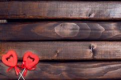 Dos corazones rojos en los palillos Fotografía de archivo libre de regalías