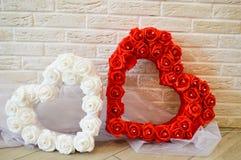 Dos corazones Corazones rojos y blancos con un modelo de rosas Foto de archivo libre de regalías
