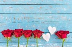 Dos corazones románticos del amor con las rosas rojas, fondo para día del ` s el casarse o de la tarjeta del día de San Valentín Imagen de archivo