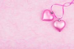 Dos corazones rosados en el papel seda Foto de archivo