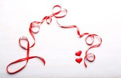 Dos corazones y cintas Imagen de archivo