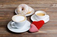 Dos corazones y dos tazas de capuchino y de café express Foto de archivo libre de regalías