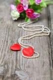 Dos corazones y granos rojos Fotos de archivo
