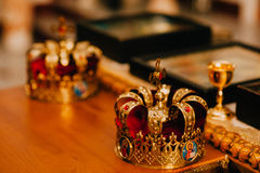 Dos coronas de oro en la iglesia Imagenes de archivo