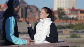 Dos corredores hombre y mujer que hablan antes de activar metrajes