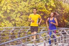 Dos corredores jovenes en forma perfecta en el verano parquean Fotos de archivo