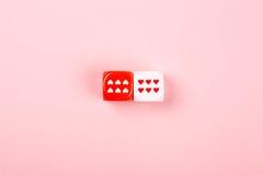 Dos corta en cuadritos con los corazones en fondo rosado Imagen de archivo libre de regalías