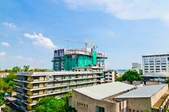 Dos crains en un nuevo sitio del constraction del edificio alto Fotografía de archivo libre de regalías