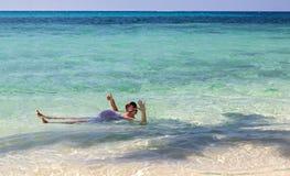 Dos crawlé de bain de nageur en mer photo libre de droits