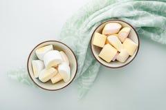 Dos cuencos con las melcochas y la toalla de cocina verde Imagen de archivo libre de regalías