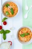 Dos cuencos de pastas italianas con el tomate y la albahaca Imagenes de archivo