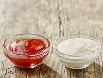 Dos cuencos de salsas fotos de archivo