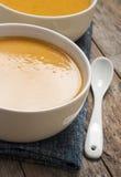 Dos cuencos de sopa de la calabaza imagen de archivo