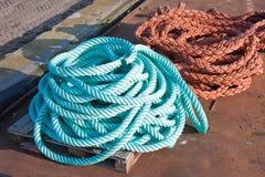 Dos cuerdas de nylon en una nave en el puerto Fotografía de archivo