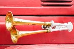 Dos cuernos brillantes del metal en el coche del bombero. Imagen de archivo libre de regalías