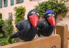 Dos cuervos en una cerca del jardín Imágenes de archivo libres de regalías