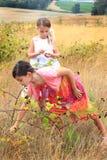 Dos Cuties que come las zarzamoras fotografía de archivo libre de regalías